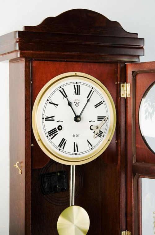 Kyvadlové nástěnné hodiny na natažení klíčkem