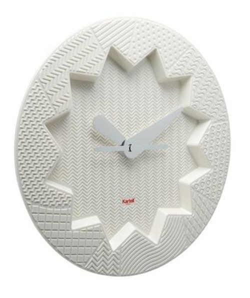 Bílé designové nástěnné hodiny do moderního obývacího pokoje