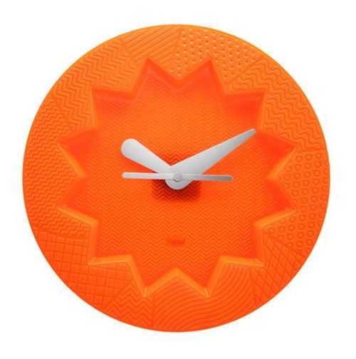 Oranžové nástěnné hodiny