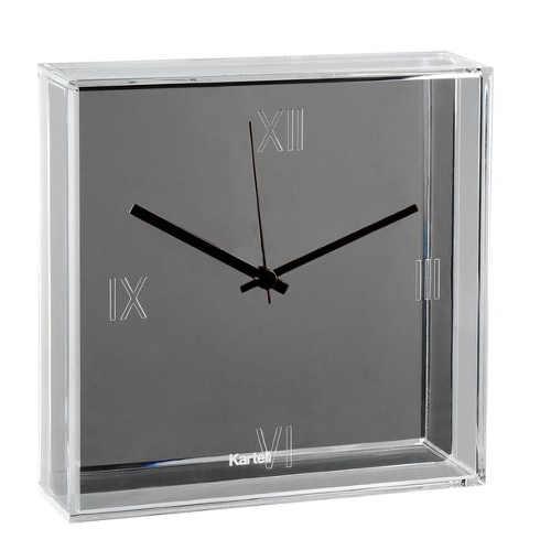 Stříbrné čtvercové designové hodiny na zeď