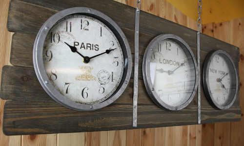Designové hodiny ukazující čas v Paříži, Londýně a New Yorku
