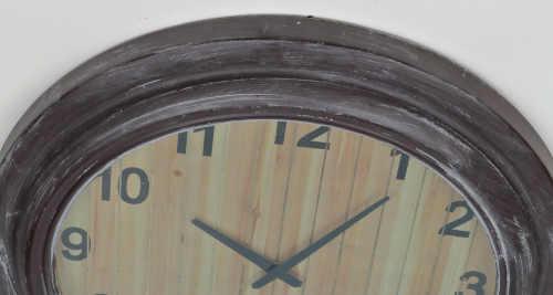 Hodiny s prkenným vzhledem ciferníku a výraznou patinou na rámu