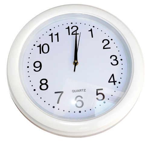 Jednoduché bílé kulaté plastové hodiny