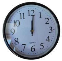 Kulaté kuchyňské hodiny s bílým ciferníkem