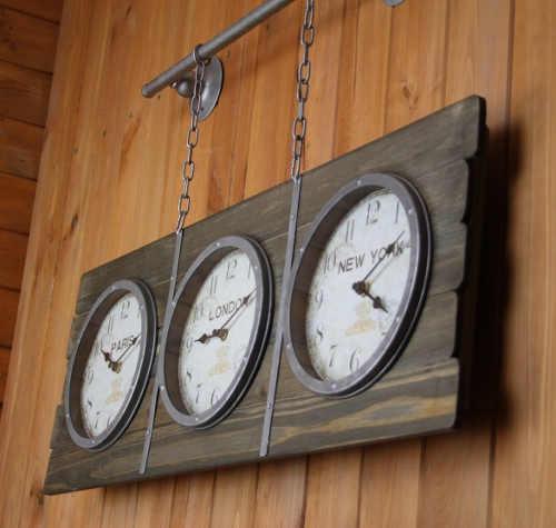 Originální nástěnné hodiny do recepce hotelu