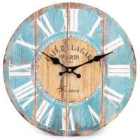 Rustikální nástěnné hodiny sřímskými číslicemi a oprýskaným barevným vzhledem