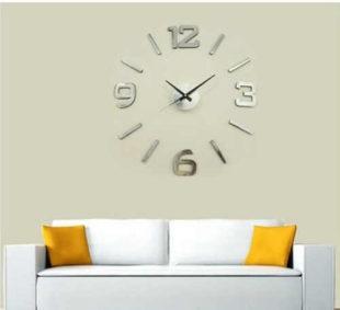Stříbrné nástěnné nalepovací hodiny nad sedací soupravu