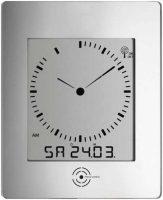 Hranaté nástěnné hodiny ve stříbrném provedení