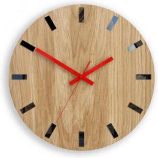 Nástěnné dřevěné hodiny v působivém designu
