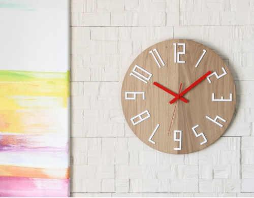 kulaté dřevěné nástěnné hodiny